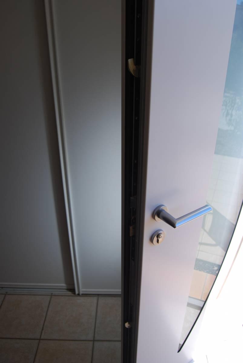Installation d 39 une porte laqu e blanche en aluminium for Installation porte