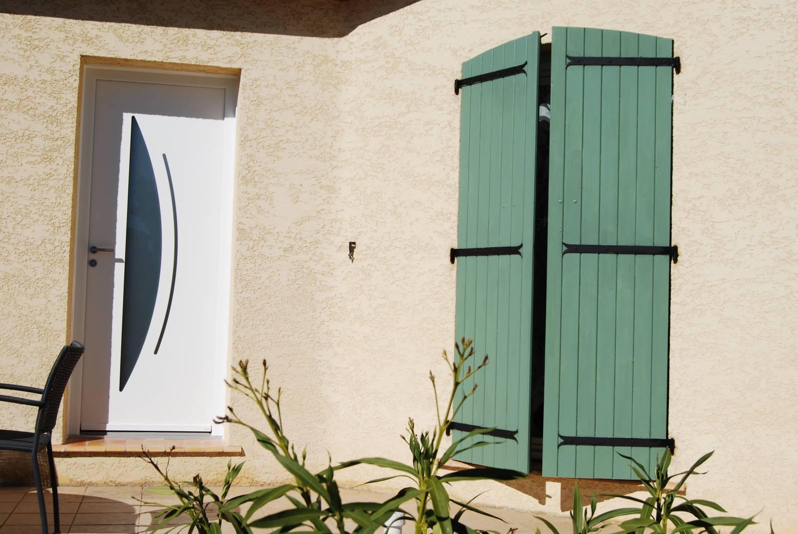 Installation d 39 une porte laqu e blanche en aluminium for Installation porte d entree
