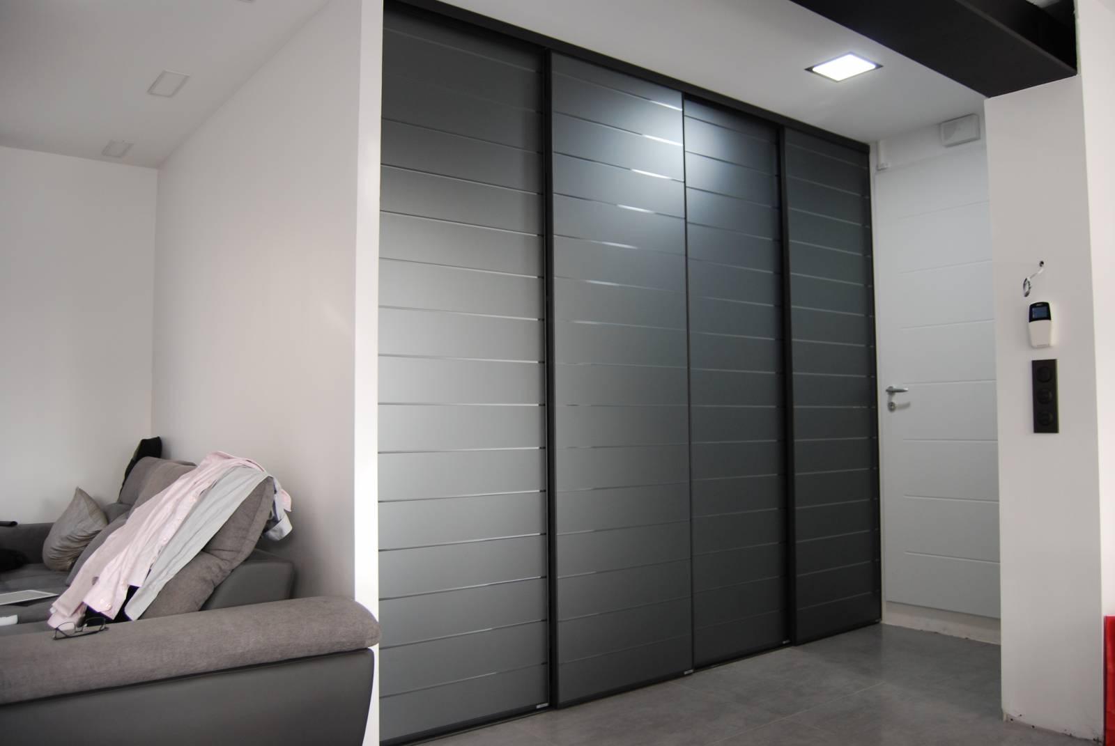 installation d 39 un placard avec portes en verre laqu cisel anthracite montferrier sur lez. Black Bedroom Furniture Sets. Home Design Ideas