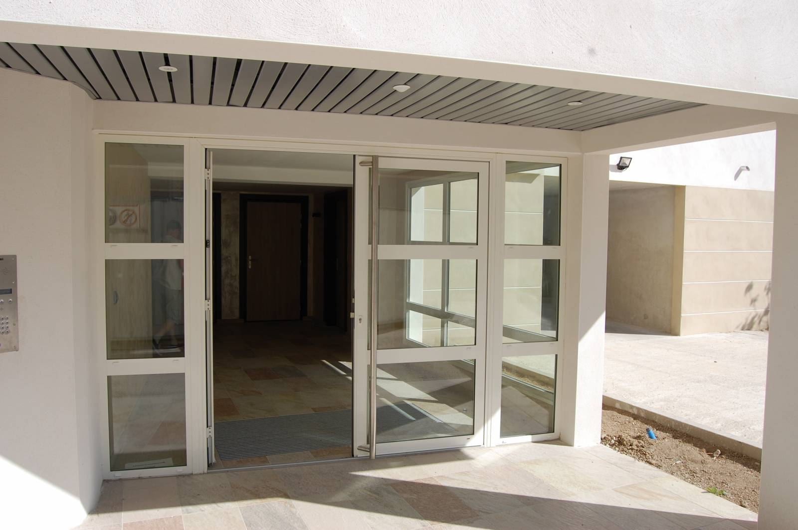 fourniture et pose d 39 une porte d 39 entr e d 39 immeuble n mes. Black Bedroom Furniture Sets. Home Design Ideas