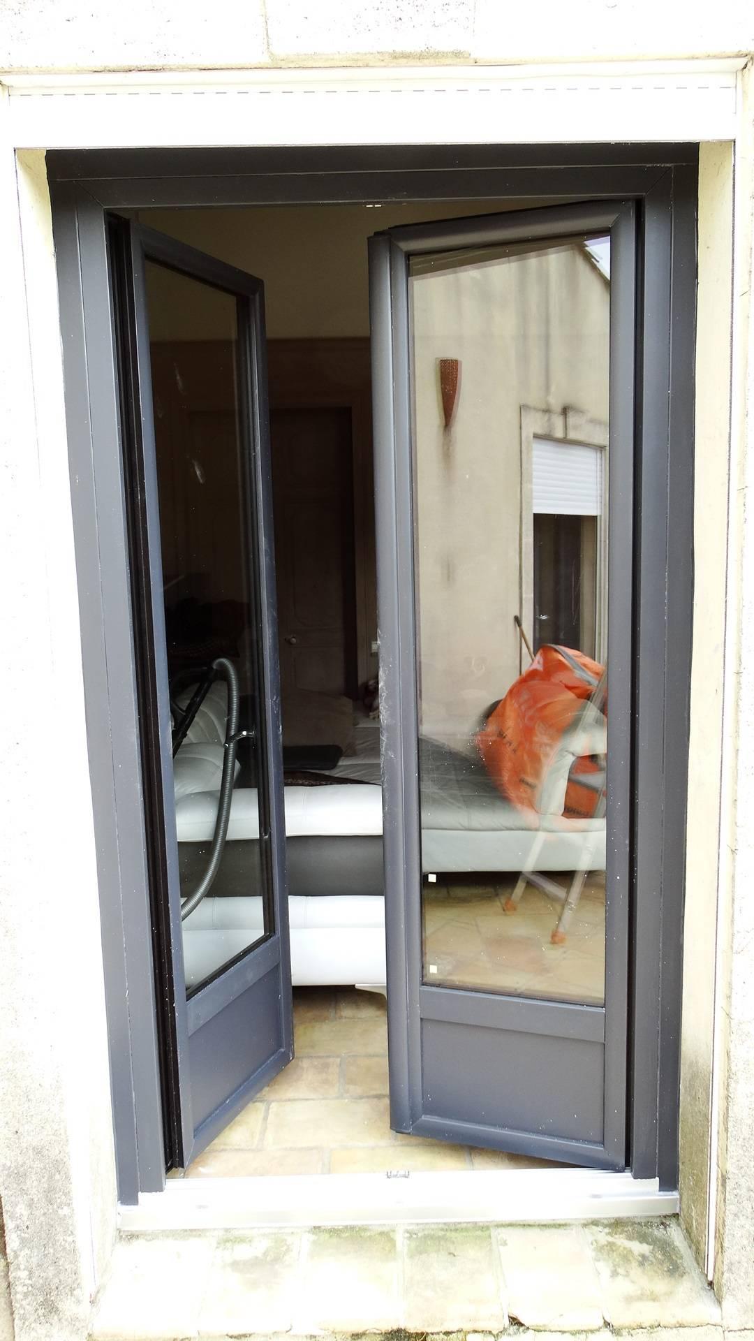R novation menuiseries pvc portes fen tres plax es gris for Fenetre gris 7016